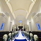 【永遠】を意味するロイヤルブルーのバージンロードが花嫁様のドレス姿を美しく引き立てます