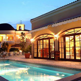 プール付の邸宅は、まるでリゾート地に来たかのような寛ぎの空間!