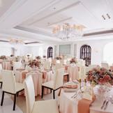 白を基調としたロマンチックなパーティ会場のヨーロピアンクリスタル。大人ピンクのコーディネートは甘くなりすぎず、どんな花嫁にも人気