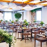 郡山初のカフェスタイルなカジュアルな会場。リニューアルされたビクトワール。テーマはカフェフォレスト。まるで森の中にあるカフェのような雰囲気を感じられる披露宴会場になっています。