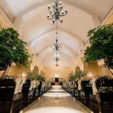 新婦様のドレス姿が一番映える教会 高い天井に長いバージンロードが開放的な空間を作り出します。