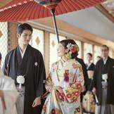 花嫁行列は参列者と気持ちをひとつにする儀式。館内神殿での参進は厳かで雨にも左右されない