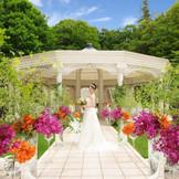 バラをはじめ季節の花木が豊かに彩るガーデンチャペル。