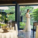 窓の外に広がる日本庭園は花嫁姿をより一層美しくさせる