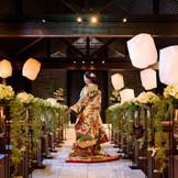 蔵を改装したモダンな独立型チャペルでは教会式やゲストに愛を宣言する人前式も叶う。