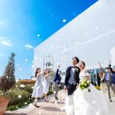 アフターセレモニーができる、人気のガーデンスペース。青空に広がるフラワーシャワーの祝福を