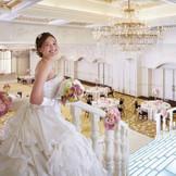 華やかな入場は光の階段から!ここから入場する花嫁に、ゲストも魅了される。