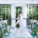 ふたりが永久の愛を誓う祭壇は、本物の緑に包まれ、木の温もりも感じる純白で清廉なチャペル。