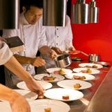 披露宴会場内にはオープンキッチンを完備、ゲストの目の前で仕上げられるのでできたてをサーブできる!