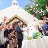 挙式後、外に出ればそこはチャペルガーデン♪ フラワーシャワーの祝福を♪
