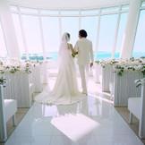 ガラスの祭壇から、真っ白な砂浜のエメラルドビーチを伊江島を一望