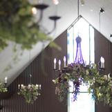 ステンドグラスから降り注ぐ光が花と緑を引き立ててくれる。自然光がおふたりとゲストの皆様の空気感を更にあたたかく照らします。