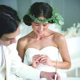 ふたりの結ばれる約束の結婚証明書にサイン