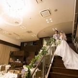 憧れの階段入場も可能!ゲストからの歓声に包まれて、サプライズが実現!
