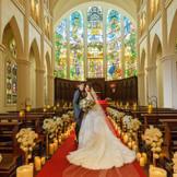 祭壇正面でふたりの慈しみのまなざしを注ぐ天使たち。ふたりが生まれた瞬間、出会い、そして結婚これまでのふたりを見守り新しい家族の門出を祝福