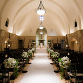 8000坪の南フランスの街並に佇む独立型1つ目のチャペル「セント・グレイス教会」 新婦様の憧れを叶える本場フランス教会をモチーフにした 石造りとステンドグラスが醸し出す格式と品格の中でお過ごし頂けます
