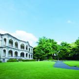 都心とは思えない非日常感】大盃型噴水を中心に配した純英国風西洋庭園は建物とのバランスを配慮したルネッサンス風幾何学式庭園