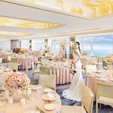 ゴールドを基調としたインテリアがホテルらしい優雅で上質な雰囲気を作り出す「ラ・ティエラ」。圧倒的なパノラマビューと共にいつまでも想い出に残る特別な時間を過ごして