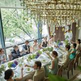 明るく開放的なワンフロア貸切が人気のパーティ会場。表参道のメインストリートに立つ立地を活かした大きな窓からは、木漏れ日と共に美しいケヤキ並木が。ナチュラルながらも上品なコーディネートがぴったりの、大人の花嫁の為の空間が人気