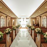 スワロフスキーのクリスタルが煌めく大理石のバージンロード…。白く輝く神聖な祭壇…。 バイオリンとオルガンの奏でとともに聖歌隊の神聖な歌声が響きます。