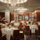 木目の落ち着いた雰囲気をベースに、ティファニー製のアンティークステンドグラスやスワロフスキーが煌くシャンデリアが華やかさを演出する。