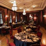 赤いカーテン、壁紙が重厚な雰囲気の本館大食堂