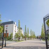 これから始まるウエディングストーリーが感じられる並木道。美しい環境に恵まれたウエディングタウンで幸せの一日を