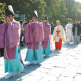 趣ある雅楽の演奏とともに舞殿へと歩む参進の儀
