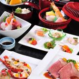 お料理は和洋コースをオールセレクトできるオリジナリティ溢れるメニュー。地元の新鮮な食材を使用しています。栄養士による特別メニュー対応も可能。