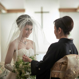 花嫁姿の仕上げは、お母様の手によるベールダウン。感謝の想いがこみ上げる瞬間です。