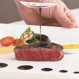 46年継ぎ足している伝統のドミグラスソースをベースにこのお肉に合わせてアレンジした自慢のソースを是非味わってみてください!