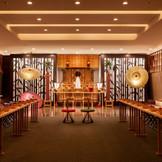 和婚ならイチオシ! 博多駅エリアでは人気ナンバーワンの神殿「光翼(つばさ)」 和モダンな雰囲気と雅楽の調べ 最大64名様参列可能なゆったりとした空間で 神社式そのものの進行で、厳かな神前式が執り行われます。