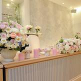 純白の会場は、お好きな色にコーディネート可能。 花材、お色、お好み通りに染め上げて!