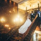 ゲストをお迎えする大理石の大階段…