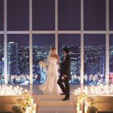 地上215mから、宝石箱のような夜景をバックにロマンチックな挙式シーンが叶う