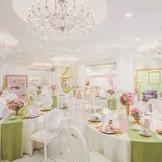 カラードレスも映えるクリスタル&ホワイトな空間で主役になれる! 【披露宴】セレナーデ(~90名収容)