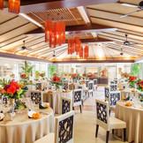 <バリスヴィラ ビアンフェナチュール> 南国アジアンリゾートがテーマ、ガラス張りの壁面には緑と癒しの水が流れる ゲストの皆さまとゆったりとしたリラックスパーティを楽しんで♪