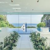四方をガラスに囲まれたシンプルモダンなデザインの、水上に浮かぶチャペル。