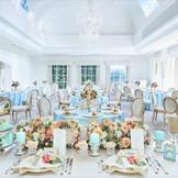 白を基調とした披露宴会場は多彩なコーディネートが提案可能