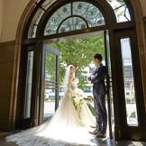 アーチの扉が雰囲気のある正面玄関は 撮影のスポットにも。