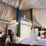 生歌が響く大聖堂挙式。5つのテーマからふたりらしい音楽が選べるのも魅力