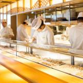 圧巻の料理は檜で作られた本格的な寿司カウンターから提供されます。