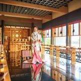 和モダンのデザーナーズ神殿は、大きな窓から水面や自然光があふれる空間です。