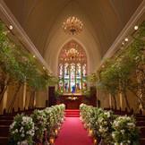 120名着席のスケール感と、壮麗なステンドグラスに心奪われる大聖堂。