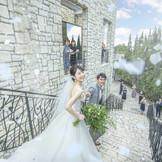 挙式会場から続く大階段で、祝福のフラワーシャワーを。