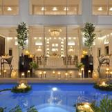 プール付きの披露宴会場はフォトジェニックな空間