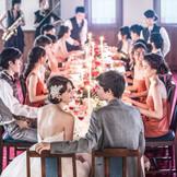 晩餐会スタイルのパーティレイアウトも人気。どの席のゲストからもおふたりを見てもらえ、向かい合うことで会話も弾むアットホームな雰囲気に。