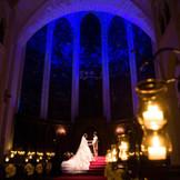 誓いの瞬間壮麗なステンドグラスがロマンチックな夜空に一変するプラネタリウム演出が好評