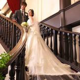 披露宴会場内にある大階段でのお写真は、トレーンの長いドレスをさらに美しく際立たせてくれます。