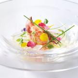 新鮮なオマール海老を冷製にし、彩り野菜を散らした華やかな一品です